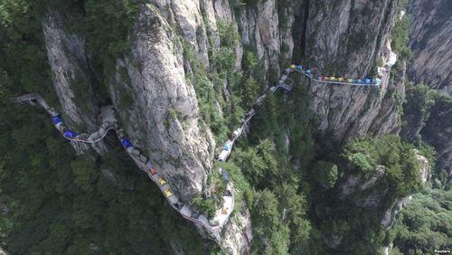 چادرهای استقرار روی جاده باریک کوهستانی در جریان جشنواره ای در منطقه لویانگ چین