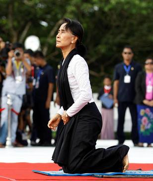 زانو زدن آنگ سان سوچی رهبر دموکراسی خواهان میانمار در جریان مراسم روز استقلال این کشور در مقابل مقابر شهدای استقلال میانمار