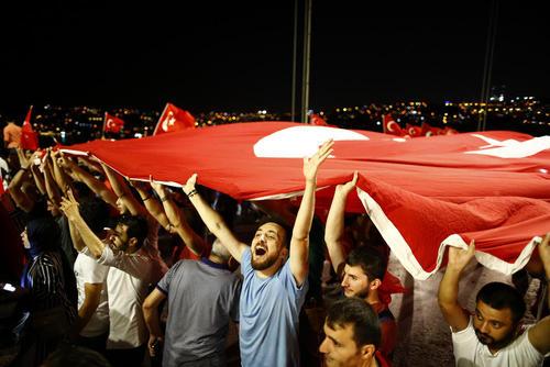 ادامه گردهمایی های شبانه حامیان دولت ترکیه پس از کودتای نافرجام جمعه شب- استانبول