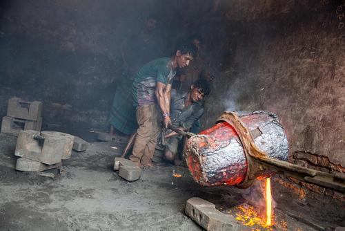 کارگران کشتی سازی در شهر داکا بنگلادش