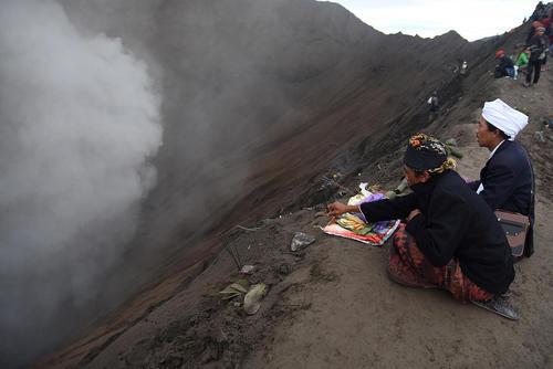 تقدیم نذورات به دهانه یک کوه آتشفشانی در جاوه اندونزی در قالب یک مراسم آیینی