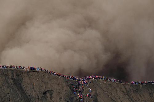 هزاران نفر از مردم روستای پروبولینگو در جاوه اندونزی همه ساله در مراسم آیینی به منظور خواباندن آتشفشان، نذورات خود را که شامل پول و خوراکی است به دهانه این آتشفشان پرت می کنند