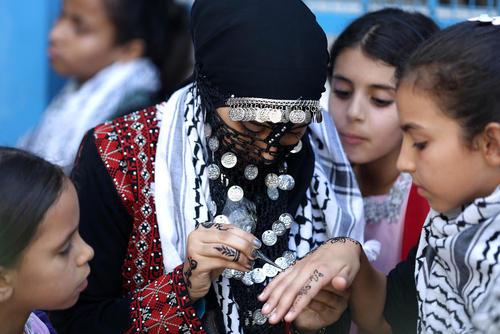 حنا گذاشتن روی دستان دختران در هفته بازی های تابستانی در غزه