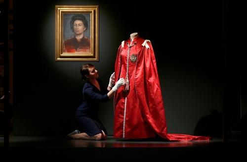 آماده کردن نمایشگاه لباس های ملکه در کاخ باکینگهام در لندن