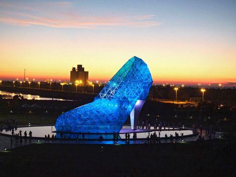 افتتاح بنای کلیسایی به شکل کفش پاشنه بلند در تایوان. این بنا به عنوان بزرگ ترین بنای به شکل کفش جهان در رکوردهای گینس ثبت شده است