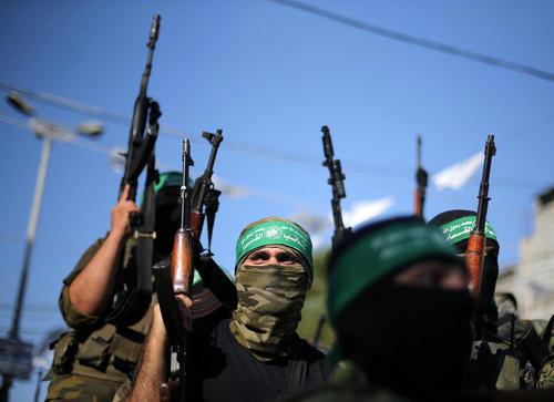 رژه شادمانی شبه نظامیان حماس در غزه در پی آزادی یکی از اعضای این گروه پس از 12 سال از زندان اسراییل