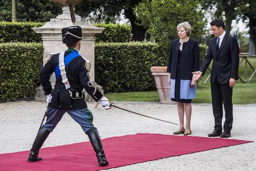 مراسم استقبال رسمی از خانم ترزا می نخست وزیر جدید بریتانیا از سوی همتای ایتالیایی در شهر رم