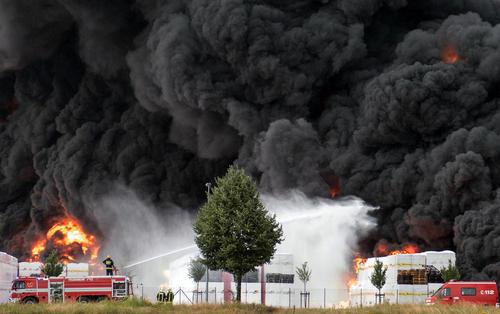 اطفاء آتش سوزی در یک کارخانه در ویتنبرگ آلمان