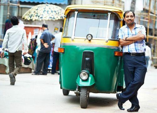 تاکسی های ریشکا در خیابان های شلوغ هند