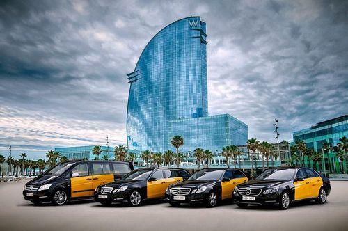 تاکسی های زرد و سیاه بنز در خیابان های بارسلون- اسپانیا