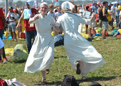 شادمانی راهبه های کاتولیک در واپسین روز هفته جهانی جوانان کاتولیک در لهستان
