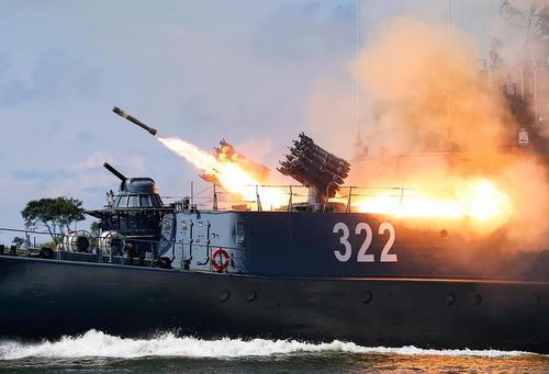 شلیک موشک ضد زیر دریایی از ناو روسی در جریان رزمایشی در روز نیروی دریایی روسیه