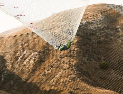 پرش لوک آیکینز 42 ساله از ارتفاع 7 کیلومتری زمین بدون چتر نجات. این پرشگر آمریکایی موفق شد رکورد پرش از ارتفاع بدون چتر نجات را به نام خود ثبت کند. او به درون توری در ارتفاع 60 متری زمین افتاد - کالیفرنیا