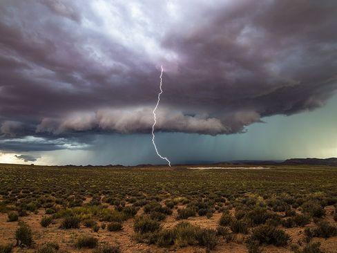 رعد و برق در صحرایی در ایالت یوتا آمریکا