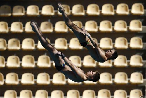 تمرین شیرجه کاران المپیکی در استادیوم المپیک ریودوژانیرو برای حفظ آمادگی