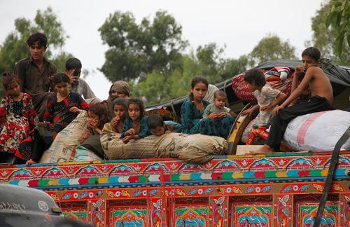 پناهجویان افغان سوار بر یک کامیون و در حال عزیمت به افغانستان – پیشاور پاکستان