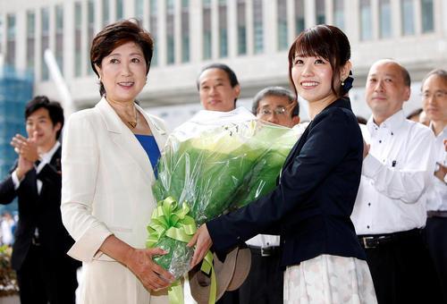 یوریکو کویکه (فرد سمت چپ تصویر) نخستین فرماندار زن توکیو در نخستین روز کاری