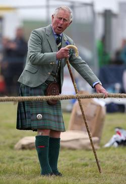 شاهزاده چارلز ولیعهد بریتانیا داور مسابقه طناب کشی در اسکاتلند