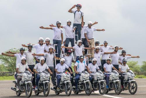 تمرین حرکات نمایشی نیروهای پلیس هند برای آمادگی به منظور شرکت در رژه روز استقلال این کشور- راجستان