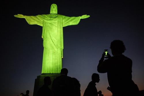 عکس گرفتن گردشگران المپیک از مسجمه بزرگ مسیح در شهر ریودوژانیرو