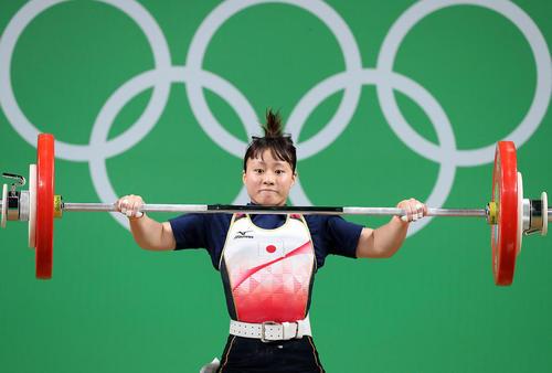 وزنه بردار زن ژاپنی در وزن منهای 53 کیلوگرم در مسابقات المپیک ریو