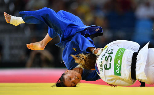 جودوکاران زن ترکمنستان و اسپانیا در حال رقابت در مسابقات المپیک ریو