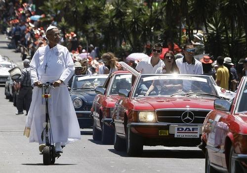 مرد کلمبیایی در لباس پاپ در جشنواره سالانه گل در شهر مدلین کلمبیا