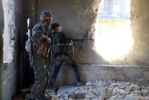 شورشیان مسلح در حال جنگ با نیروهای دولتی در شهر حلب سوریه
