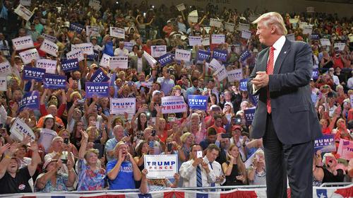 سخنرانی جنجالی ترامپ در میان حامیانش در شهر ویلمینگتون کارولینای شمالی . ترامپ در این سخنرانی به حامیان قانون حمل آزاد اسلحه در آمریکا گفت هر طور که شده تلاش کنند تا هیلاری کلینتون رییس جمهور نشود. پس از این سخنرانی کمپین انتخاباتی کلینتون اعلام کرد این سخنان ترامپ تحریک هوادارانش به ترور کلینتون است.