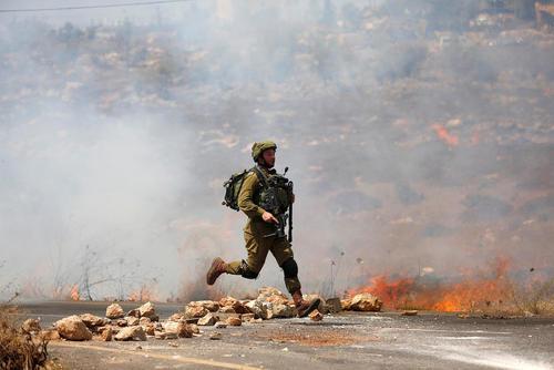 سرباز اسراییلی در تعقیب جوانان معترض فلسطینی – نابلس