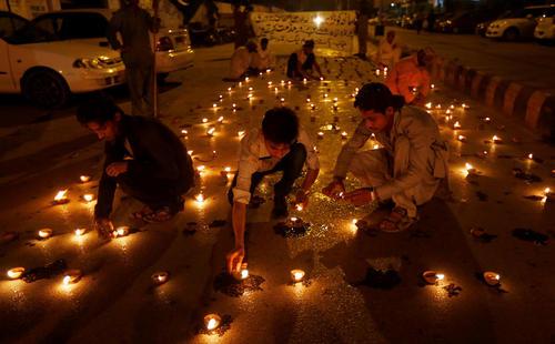 روشن کردن شمع برای قربانیان حمله انتحاری به بیمارستان کراچی – کراچی