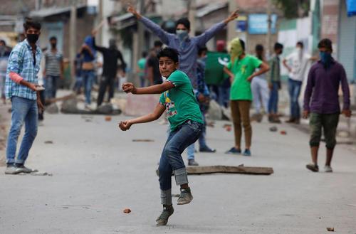 ادامه درگیری جوانان با پلیس هند در سرینگر کشمیر
