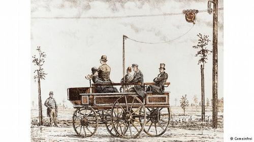 استفاده از سیمهای الکتریکی به جای اسبهای ارابهقدمت اولین پیشگام در این صنعت به سال ۱۸۸۲ برمیگردد. ورنر زیمنس رونمایی اولین کالسکه الکتریکی یا همان تراموا امروزی