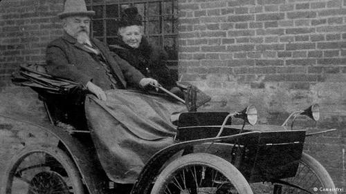 اولین خودروی الکتریکیاولین خودروی الکتریکی جهان احتمالا توسط کارآفرین و مخترع آلمانی آندریاس فلوکن در سال ۱۸۸۸ ساخته شد. این خودرو شامل یک بدنه شبیه به کالسکه و یک موتور الکتریکی بود، که ظرفیت تولید ۰/۷ کیلو وات را داشت. این نیرو به محور عقب با کمک یک بند چرمی منتقل میشد.
