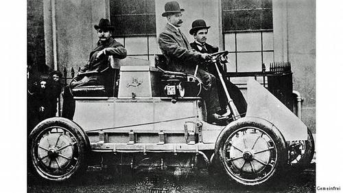 سیر موفقیت اتومبیلهای برقیدر سال ۱۸۹۹، ۹۰ درصد از تاکسیهای نیویورک بوسیله موتورهای الکتریکی حرکت میکردند. در همان سال، لودویگ لونر و فردیناند پورشه ماشین الکتریکی خودشان به نام لونر پورشه را ساختند. پورشه برای گسترش این طرح اولین خودروی هیبریدی جهان را در سال ۱۹۰۲ طراحی کرد.