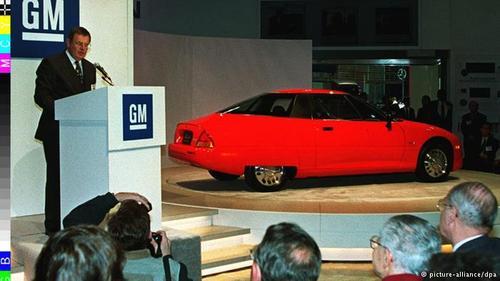 بحران نفت جرقه رنسانسدر دهه ۱۹۹۰ بحران نفت، جنگ خلیج فارس و همچنین نگرانیهای زیست محیطی به یک رنسانس در صنعت ماشین الکتریکی منجر شد. تنظیم فاکتورهای هوای کالیفرنیا خودروسازان را ملزم به ارائه اتومبیل بدون تولید گازهای گلخانهای کرد و این شروع دوباره صنعت خودروهای الکتریک شد. جنرال موتورز در سالهای ۱۹۹۶ تا ۱۹۹۹ توانست موتور الکتریکی EV1 را بسازد.
