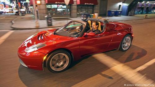 تسلا، تغییر تصویردر سال ۲۰۰۶، شرکت آمریکایی تسلا یک ماشین برقی اسپرت به نام تسلا روداستر را معرفی کرد. این ماشین از جایگاه خاصی برخوردارشد. مدلهای بعدی در ۳/ ۷ ثانیه به سرعتی تا ۱۰۰ کیلومتر در ساعت میرسید. با محدوده سرعتی معادل۳۵۰ کیلومتر و حداکثر سرعتی در حدود ۲۰۱ کیلومتر در ساعت، این اولین خودرو الکتریکی مناسب برای سفرهای دور بود.