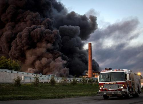 آتش سوزی در یک کارخانه بازیافت در منطقه لاک پُرت در نیویورک آمریکا