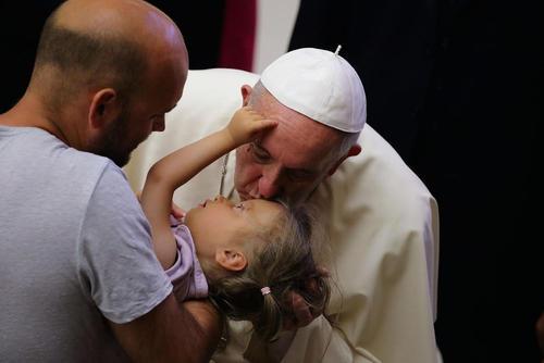بوسه پاپ بر پیشانی یک دختر بچه پس از مراسم آیینی چهارشنبه ها در واتیکان
