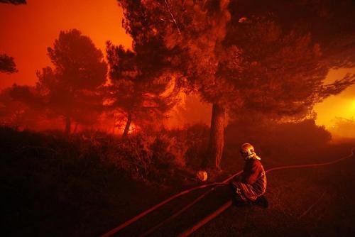 تلاش برای مهار آتش سوزی جنگل – فرانسه