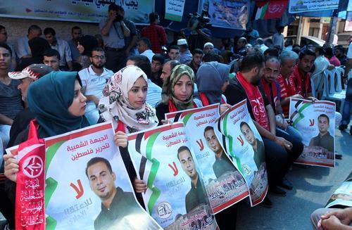 تجمع برای آزادی زندانیان فلسطینی در بند زندان های اسراییل در مقابل مقر صلیب سرخ در غزه