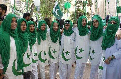 دانشجویان یک دانشکده پزشکی در کراچی پاکستان در آستانه جشن روز استقلال این کشور لباسی به رنگ پرچم این کشور به تن کرده اند