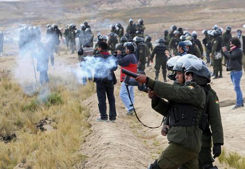 شلیک گاز اشک آور از سوی پلیس بولیوی به تجمع معدنکاران معترض