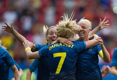 شادمانی بازیکنان تیم ملی فوتبال سوئد از برد 4 بر 3 آمریکا در چارچوب مسابقات المپیک ریو