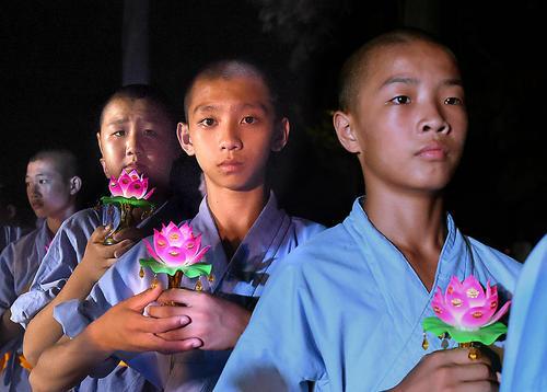 راهبان بودایی نوجوان در معبد شائولین در دنفنگ چین