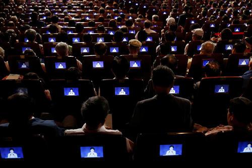 شنوندگان نطق رییس جمهور کره جنوبی از صفحه های کوچک نمایشگر در هفتادویکمین سالگرد استقلال این کشور از استعمار ژاپن
