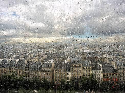 هوای بارانی پاریس از پشت پنجره