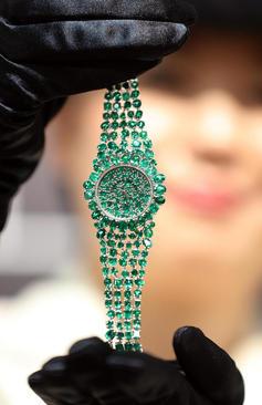 رونمایی از ساعت جواهر 3.3 میلیون دلاری در جریان نمایشگاهی در روز جهانی ساعت در توکیو