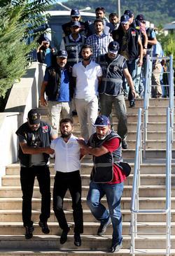 انتقال مظنونان نظامی متهم به همدستی در کودتای نافرجام اخیر ترکیه به دادگاه – شهر موقلا ترکیه