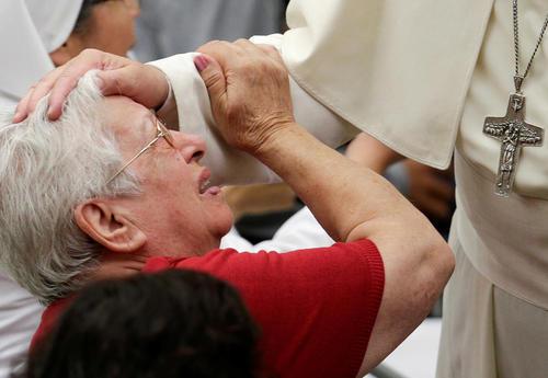 دست کشیدن پاپ روی سر یک زن بیمار در جریان سخنرانی هفتگی خود - واتیکان
